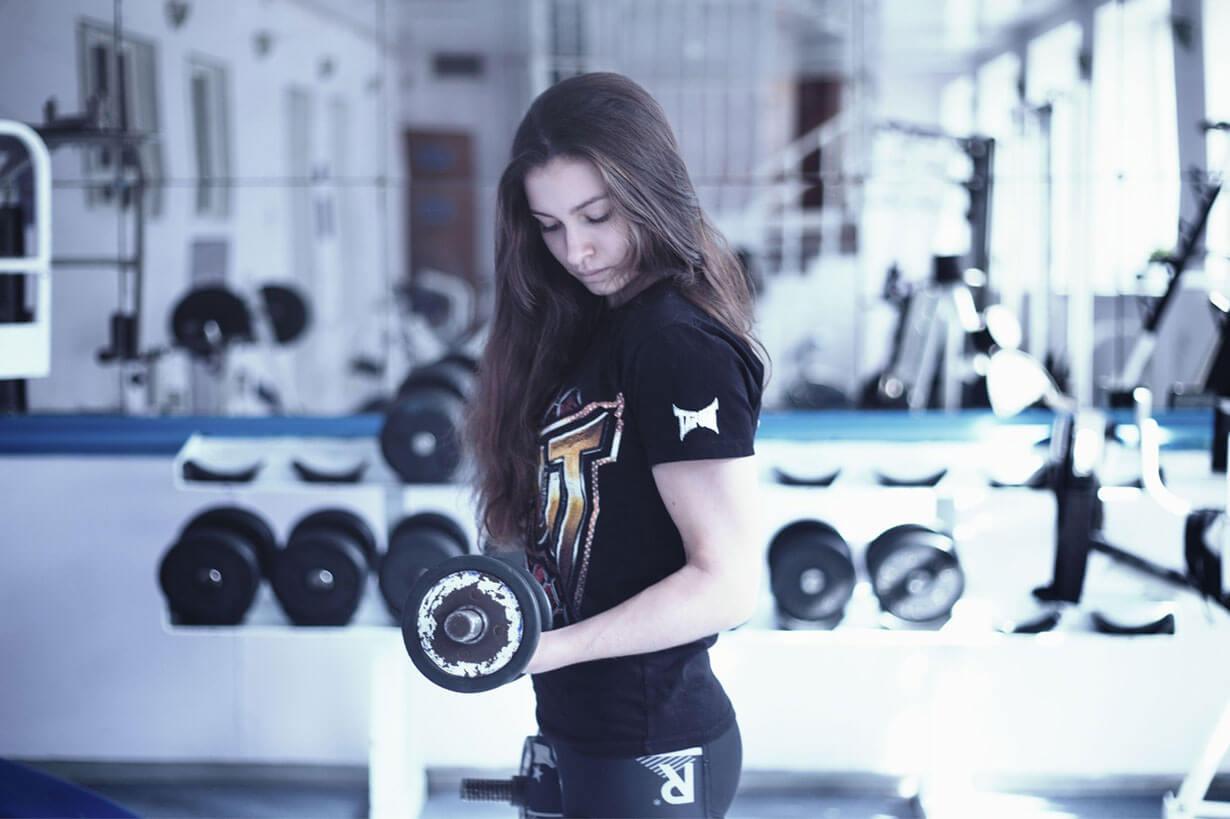 Marathon-Fitness-Women-weights-girl-in-gym