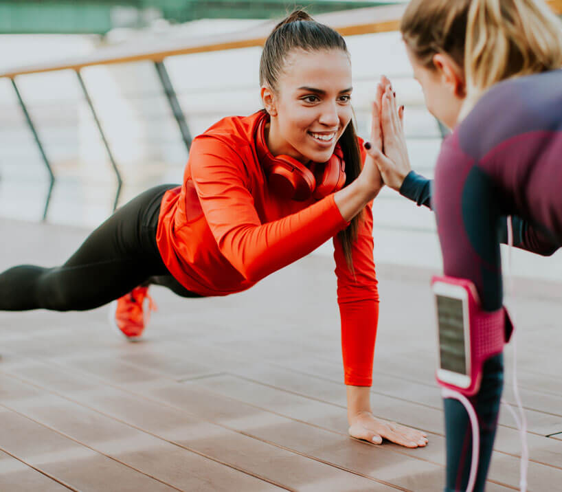 Marathon-Fitness-Women-high-five-plank